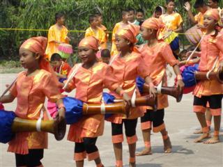Students from Rong Rian Wat Nong Koo performing traditional Thai dancing