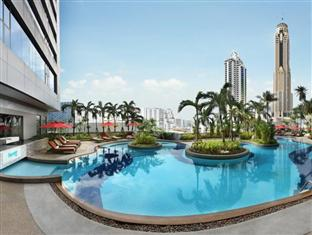 Swimming pool at the Amari Watergate Hotel