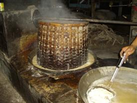 Sugar boiling at Amphawa markets