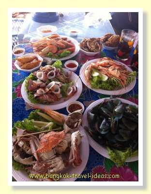 Bang Saen seafood can be enjoyed with friends at Bang Saen beach