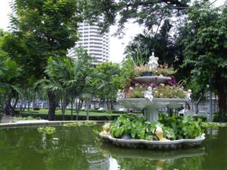 Saphan Taksin Park in front of Wat Yannawa