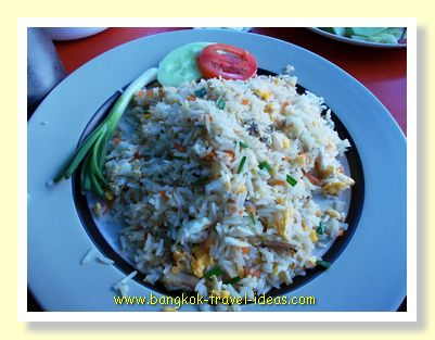 Fried rice and crab with a slice of lime