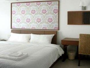 A very comfortable and affordable budget room at the Ivory Suvarnabhumi Hotel