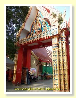 Temple entrance at the Kwan Riam floating markets