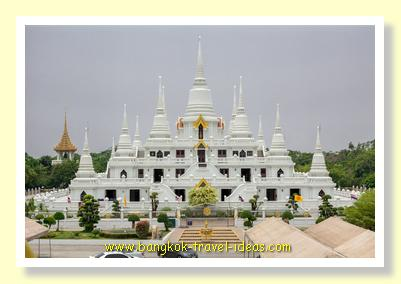 Phra Thutangkha Chedi viewed from Wat Asokaram