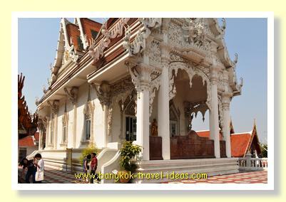 White building at Wat Hua Lamphong