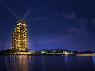 Chatrium Hotel Riverside Bangkok at night
