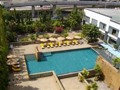 The swimming pool at the Dusit Princess Hotel near to Bangkok Airport